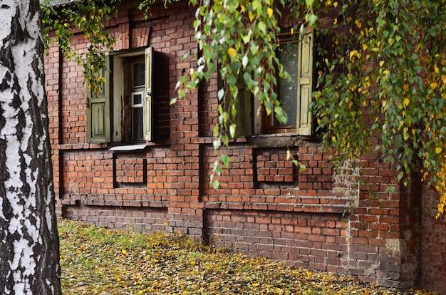ロシアの古い家の窓
