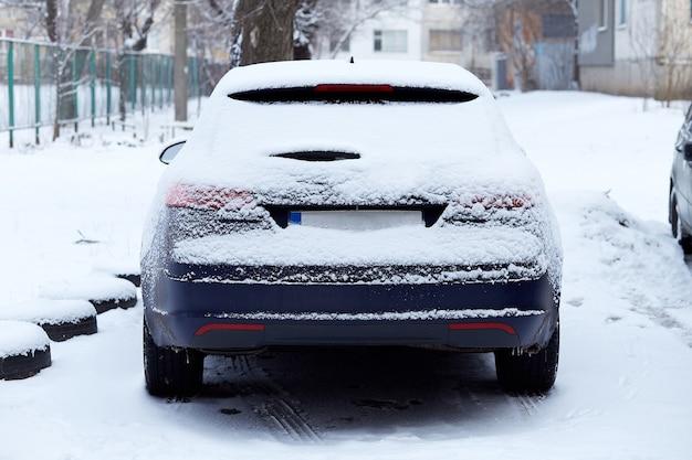 Окно автомобиля, припаркованного на улице в зимний день, вид сзади. макет наклейки или декалей