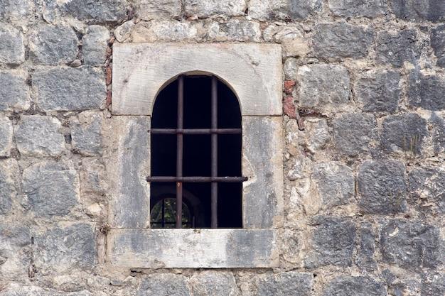 コトルのモンテネグロの古い建物に火格子のある窓