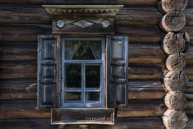 Окно с наличниками старинного русского крестьянского дома кострома россия