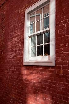 ハンプトンズの建物の窓とレンガの外側