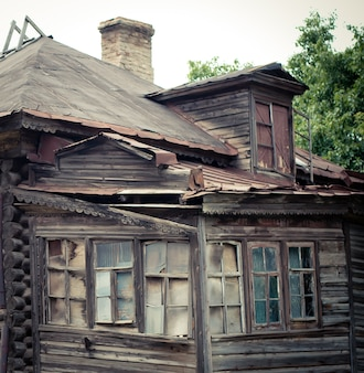 Окна и крыша старого деревянного заброшенного дома