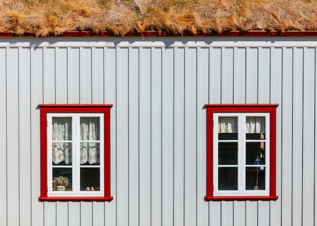 Окна маленького дома