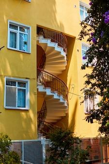 古い家の窓。トルコの建築。