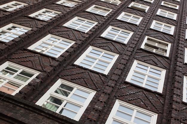Окна старого дома в амстердаме, нидерланды