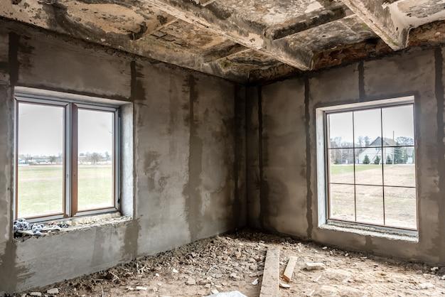 Окна в бетонной стене здания