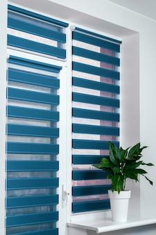 Окна с закрытыми современными горизонтальными жалюзи в помещении крупным планом оконная роликовая дуэтная система днем и ночью