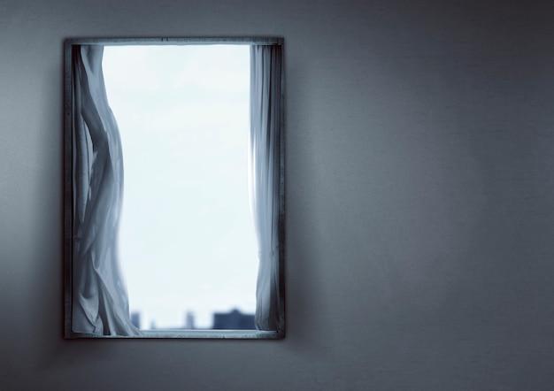 달빛을 배경으로 버려진 집에 커튼이 달린 창문
