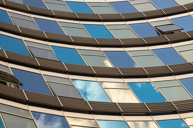 Windowsで青と金色のガラスの壁のクローズアップ