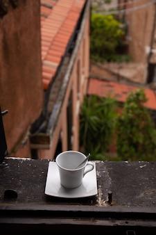 Взгляд от окна на городе с чашкой кофе windowsill в венеции, италии.
