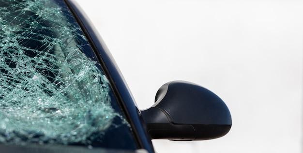 Лобовое стекло автомобиля сломано в результате аварии - изолированные на белом