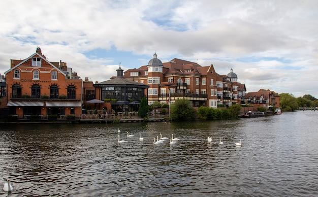 Виндзор - город на берегу темзы на юго-востоке англии, к западу от лондона.