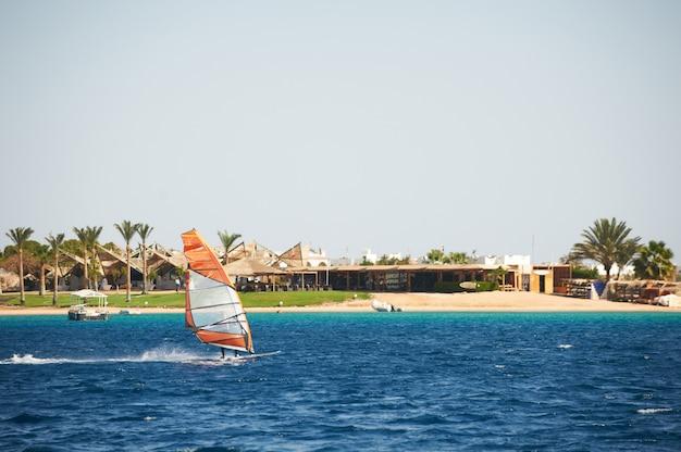 해안에 대 한 푸른 바다에서 윈드 서핑 항해