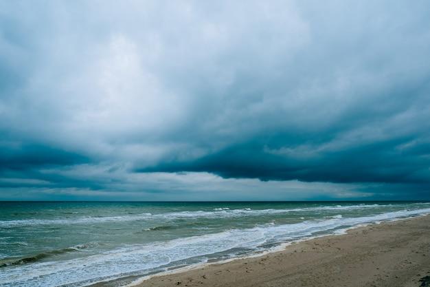 暗い雲と風の強い嵐ビーチ海の波