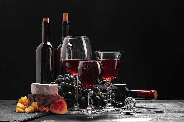 테이블에 와인과 치즈