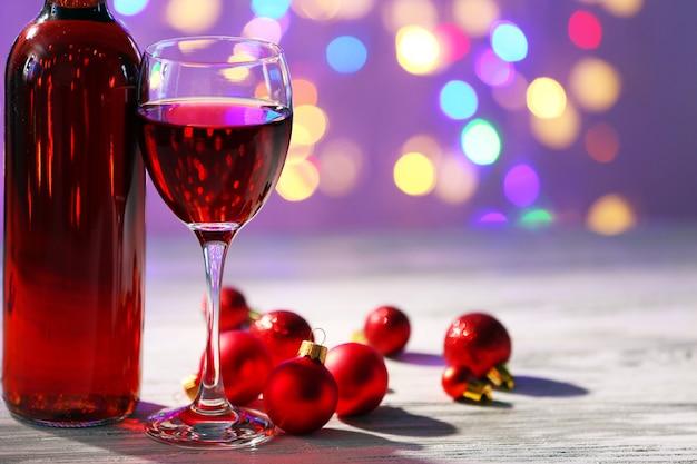 明るい背景にワインとクリスマスの装飾