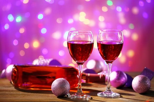 Вино и рождественские украшения на ярком фоне
