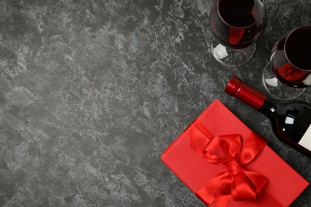 검은 스모키 배경에 와인과 선물 상자