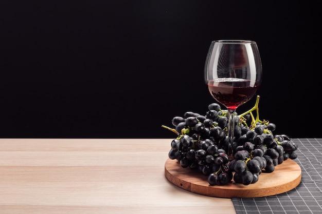테이블에 와인과 포도