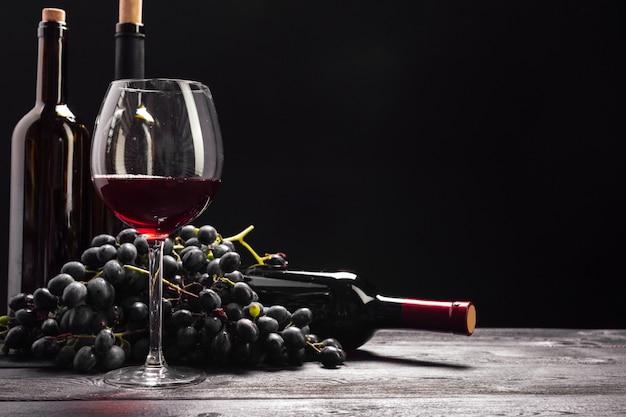 Вино и виноград на столе