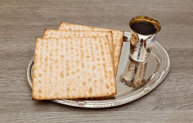 Вино и маца еврейский пасхальный хлеб пасха маца пасхальное вино