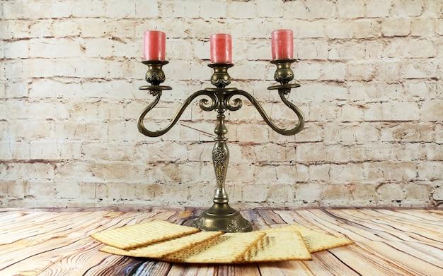 Вино и маца еврейская пасха свечи хлеб пасха маца пасхальное вино