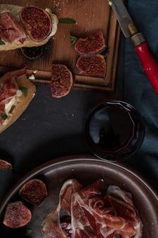 Вино и тапас с ветчиной