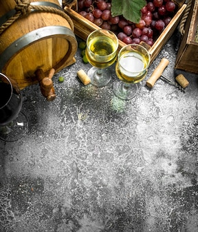 ワインの背景。新鮮なブドウからの赤と白のワイン。素朴な背景に。