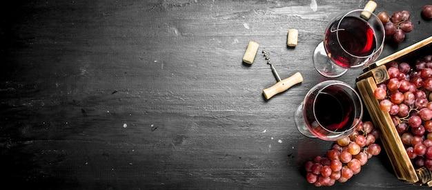 Винный фон. красное вино в старой коробке со штопором.