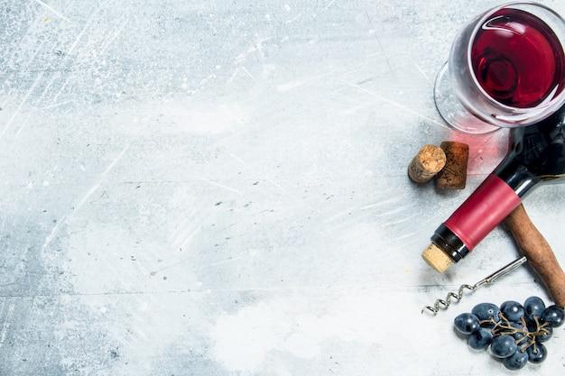 와인 배경. 포도와 코르크와 레드 와인. 소박한 배경.