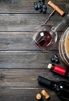와인 배경. 포도와 레드 와인. 나무 배경.
