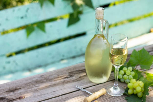나무 테이블에 와인 배경 와인 개념 화이트 와인 병