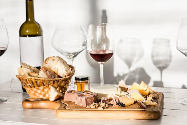 ワイン、バゲット、チーズ、木製