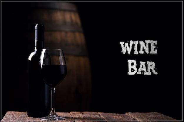 와인 바. 병 opf 레드 와인 및 배경에 배럴과 유리