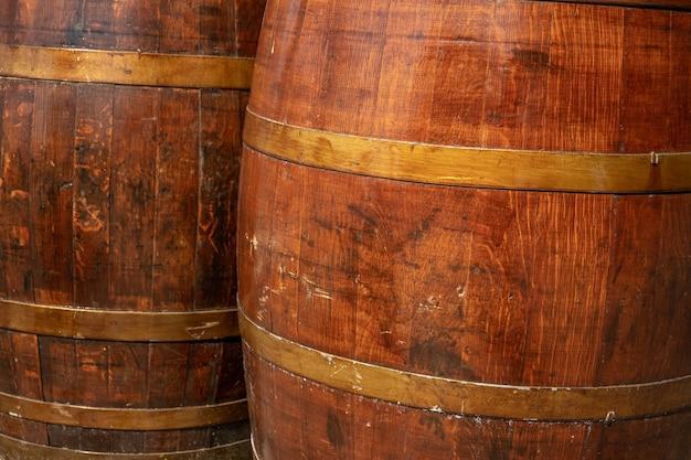 와인 배럴 나무 쌓인 오래 된 지하실 와이너리