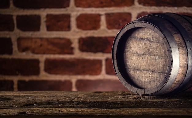 나무 테이블에 와인 맥주 코냑 위스키 또는 럼 배럴.