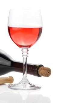 白い背景で隔離のワインボトルとワイングラス