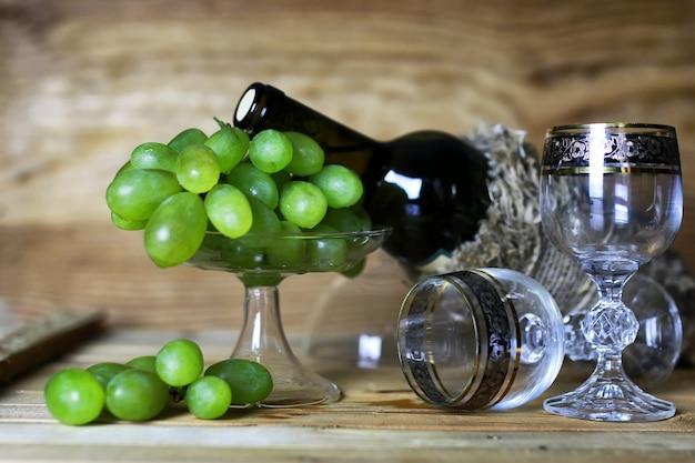 ワインボトルの本とガラスブドウ