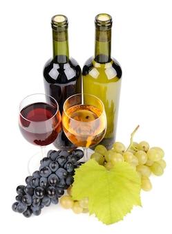 Бутылка вина, стекло и виноград, изолированные на белом фоне