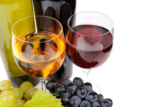 Bottiglia di vino, vetro ed uva isolati su bianco