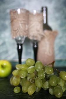 배경에 와인 병 녹색 포도