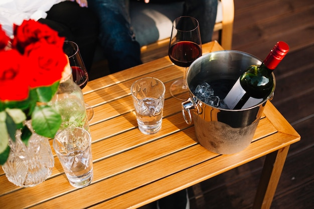테이블에 얼음 양동이 안에 와인 병
