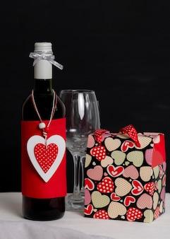 ワインボトル、ショッピングバッグ、白い箱、赤いハートのバレンタインデー
