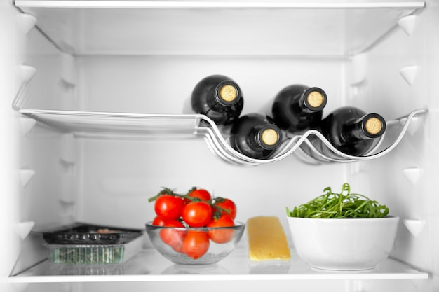 냉장고에 있는 와인 병 및 제품
