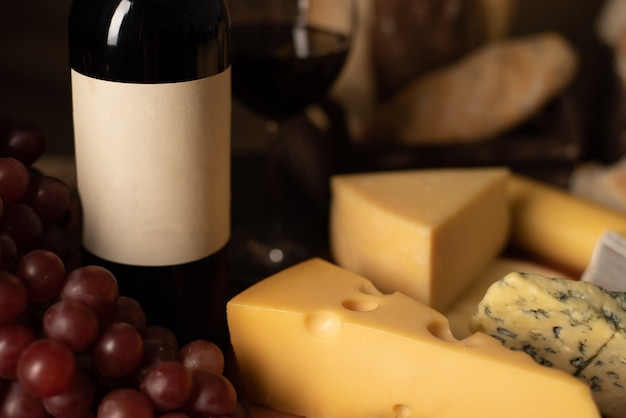 Wine, bread, grapes and cheese still life - imagem
