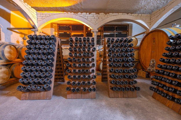 Винный погреб с бочками и бутылками