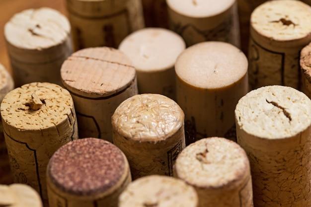 テーブルの上のワインのコルク栓