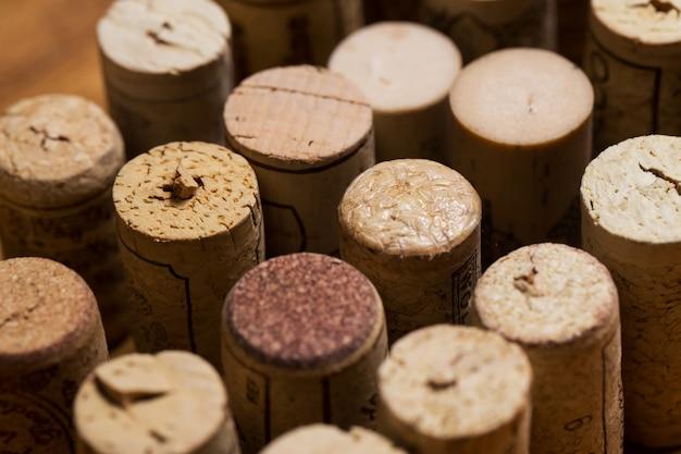 테이블에 와인 코르크