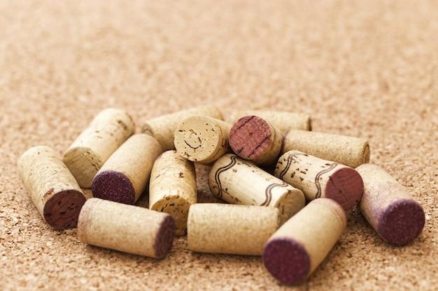 Винные пробки на деревянной поверхности для винной карты