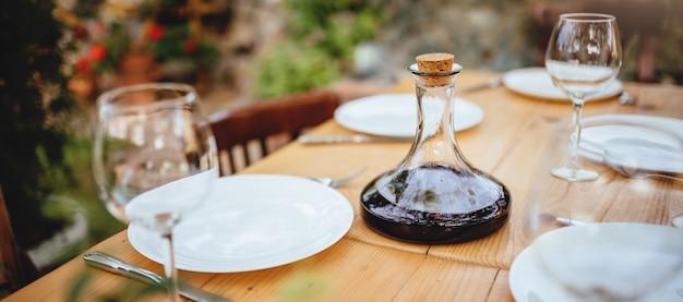 ワインデカンターとグラスダイニングテーブルの上